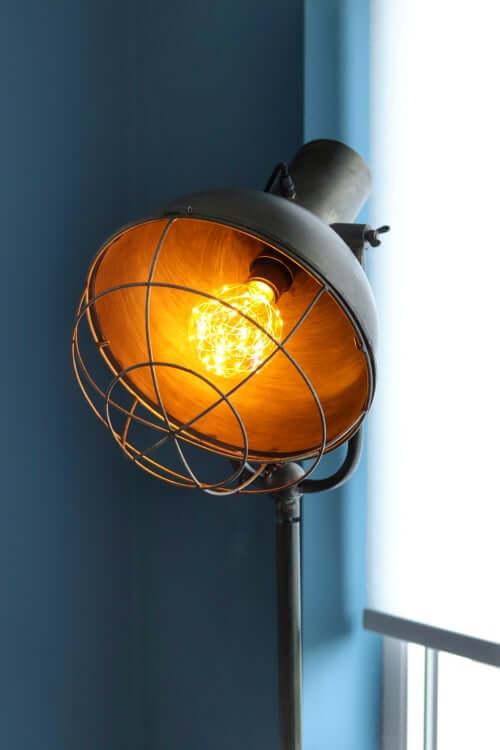 Leuke Leren Bank.Onze Staande Industriele Lamp Van Directlampen Nl Elkeblogt